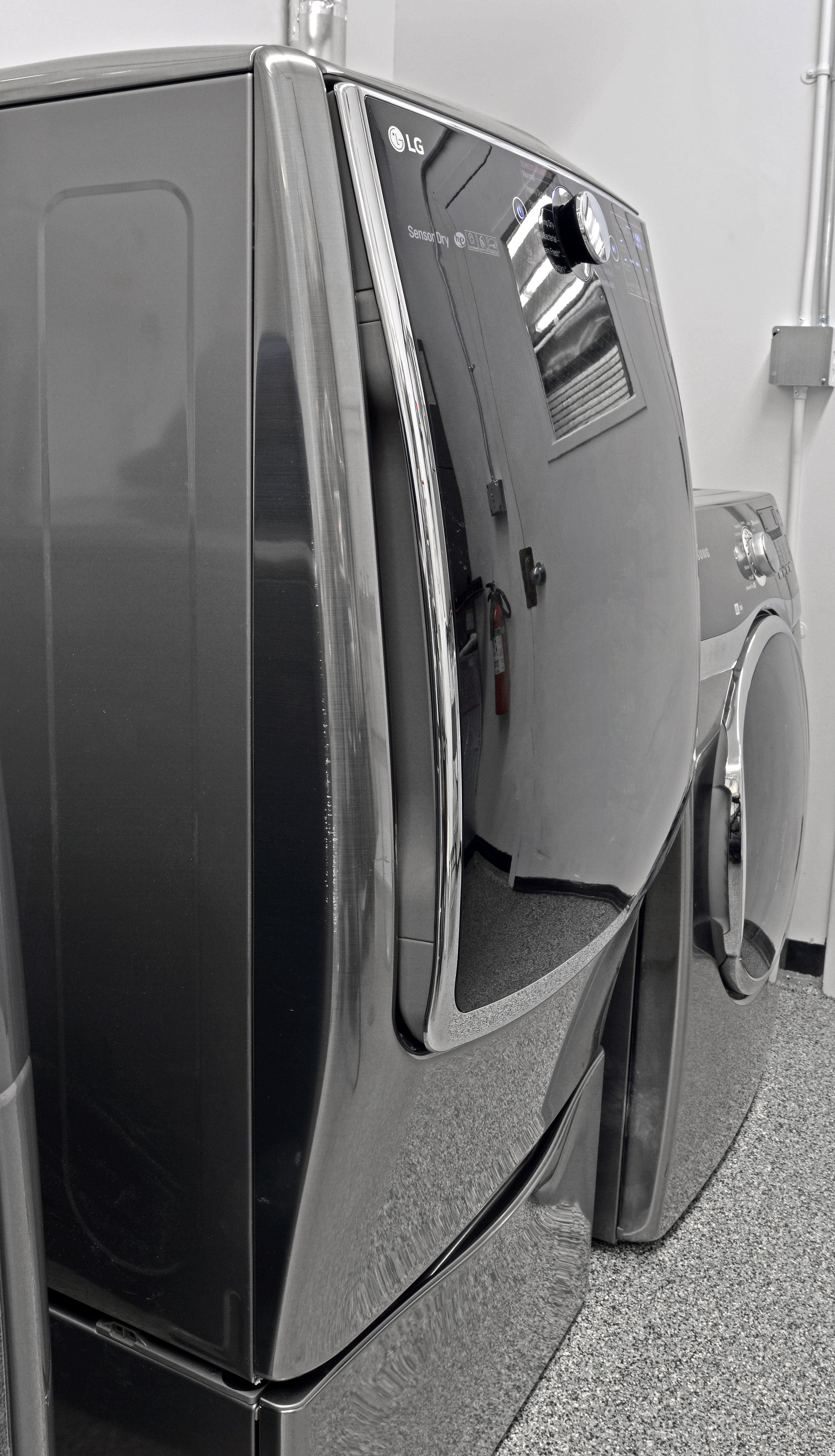 The curved door and slightly bulging design means the LG DLEX5000V cannot be stacked with its matching washer.