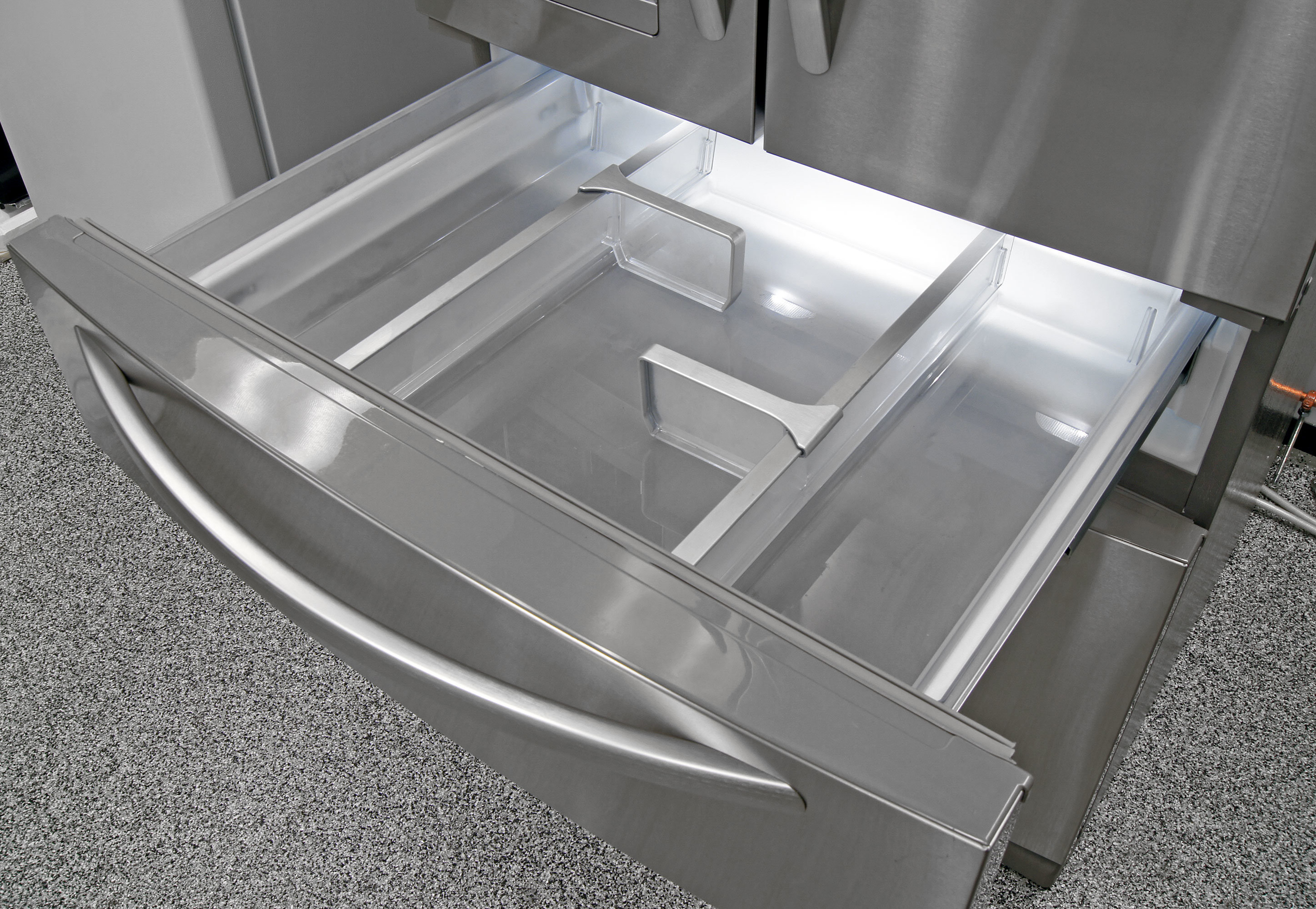 Depending on your preference, the KitchenAid KFXS25RYMS's central drawer can be used as a big deli bin or a large crisper.