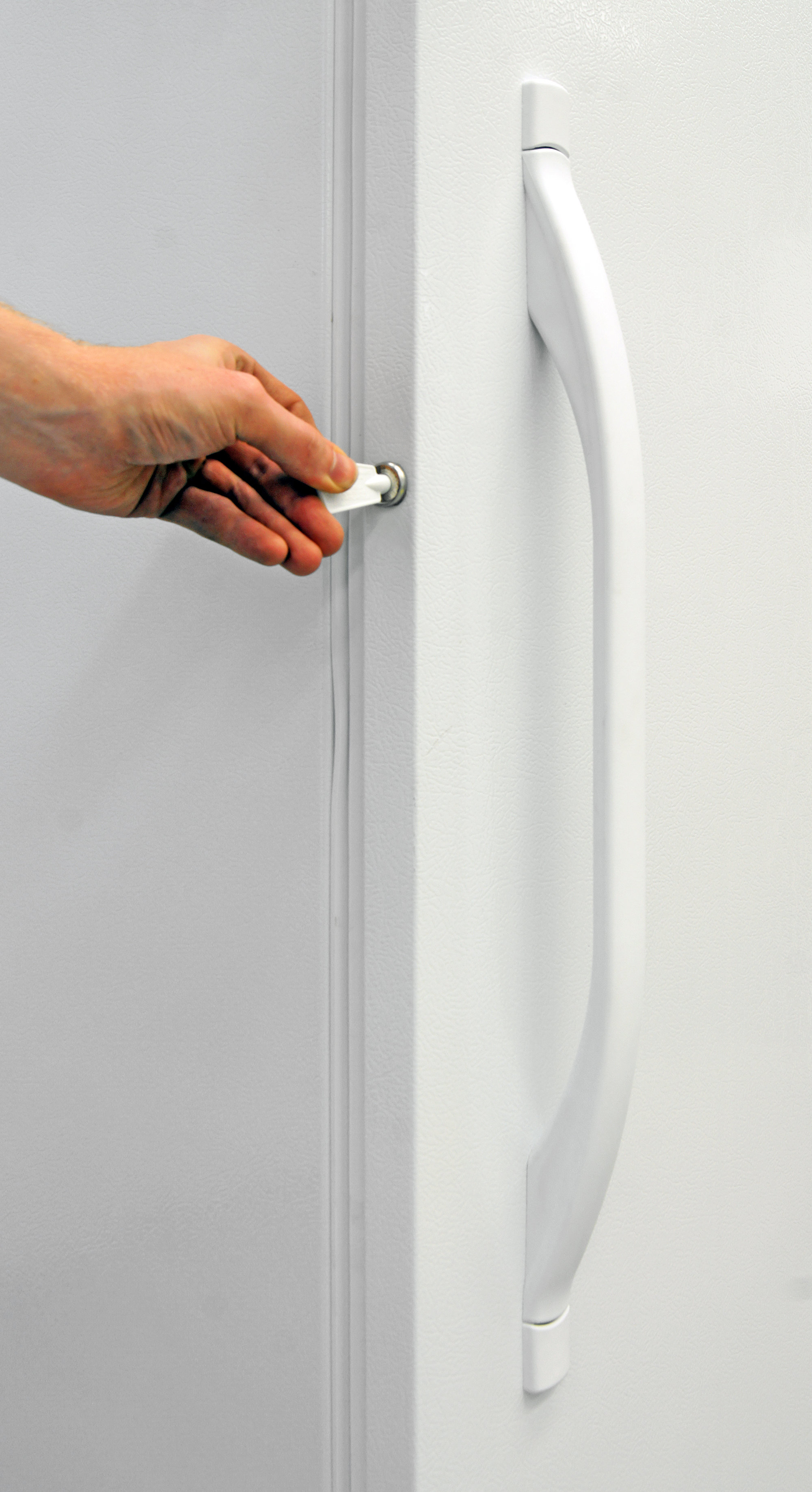 A lock can be a helpful reminder when it comes to leaving the Kenmore 28432's door ajar.