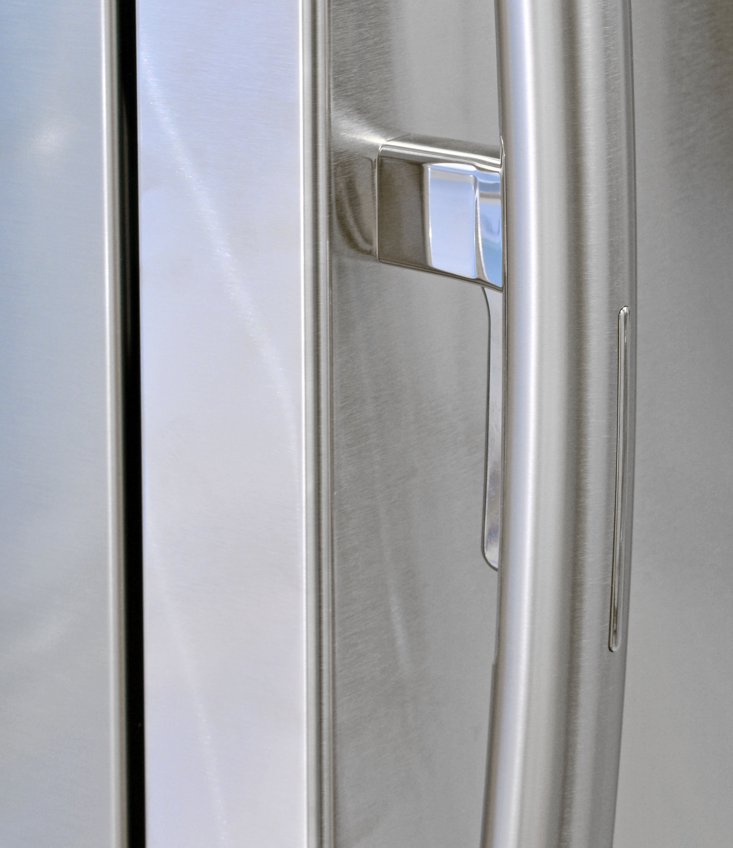 The Samsung RH25H5611SR has traditional curved handles, but with a trigger to release the door-in-door latch.