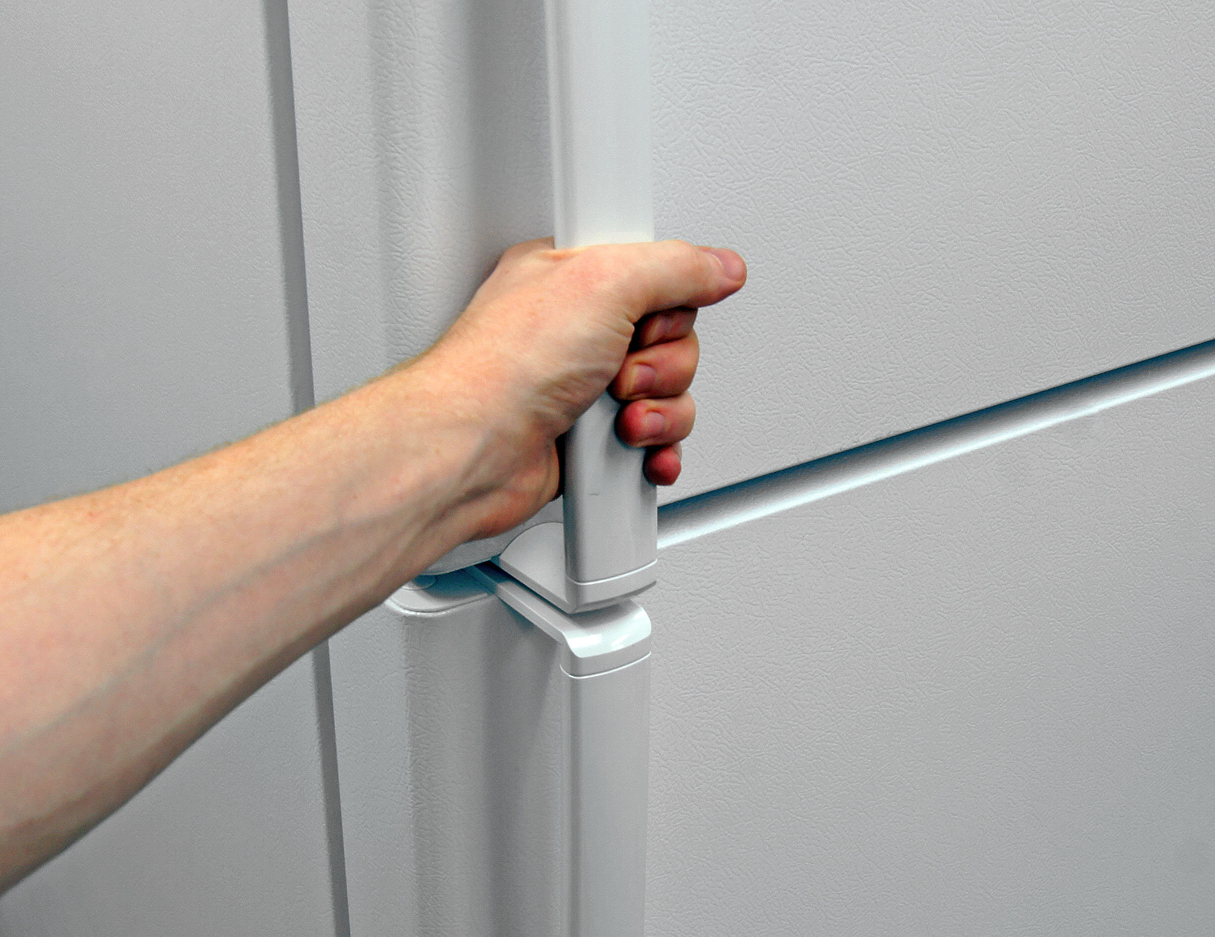The GE GTS16DTHWW's smooth plastic handles feel sturdy enough to do their job comfortably.