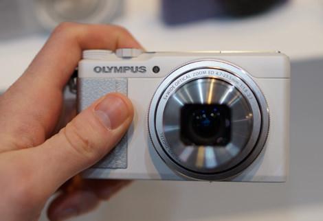 OLYMPUS-XZ-10-FI-HANDLING1.jpg