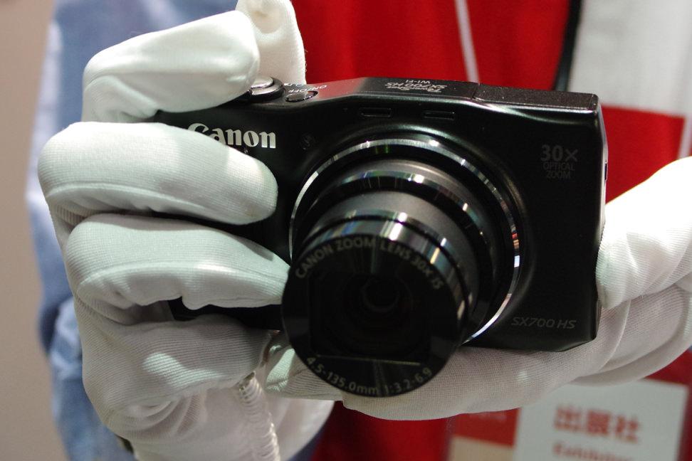 CANON-POWERSHOT-SX700-HS-HANDLING1.jpg