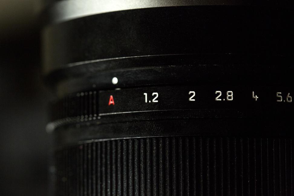 panasonic-42-5-f12-nocticron-review-design-aperture-ring.jpg