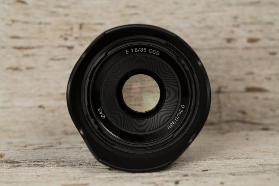 sony-35mm-f1p8-review-design-front.jpg