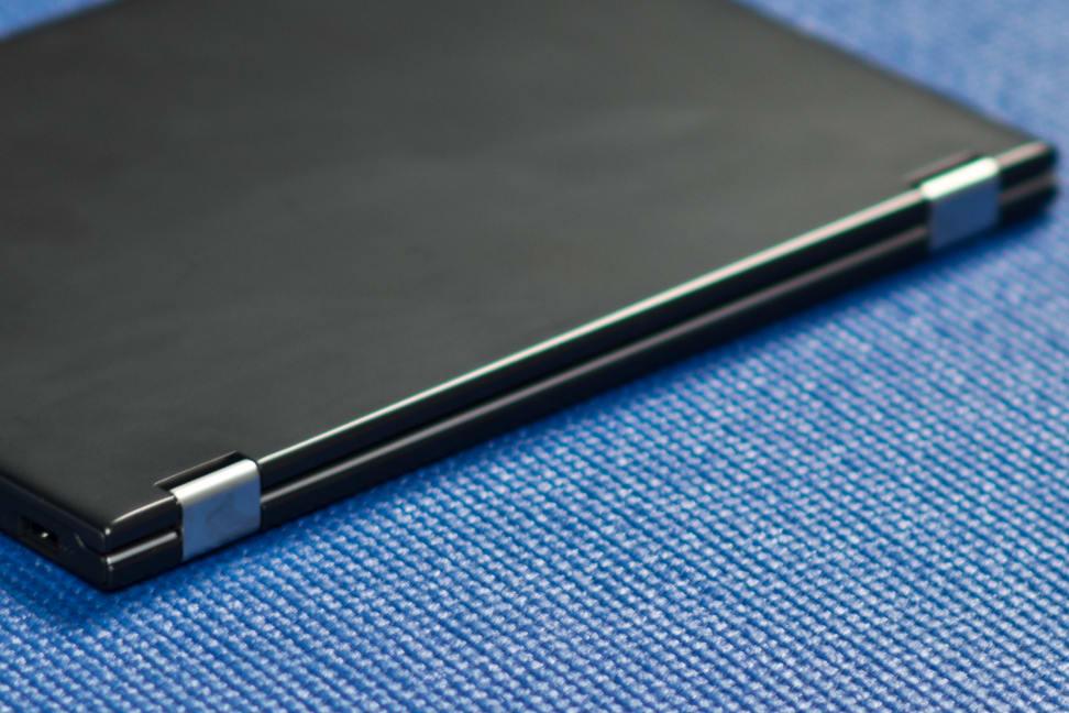Lenovo-yoga-2-11-review-design-hinges.jpg
